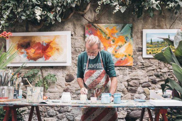 Hội họa : Nghệ sĩ bận rộn trong công việc sáng tạo của mình